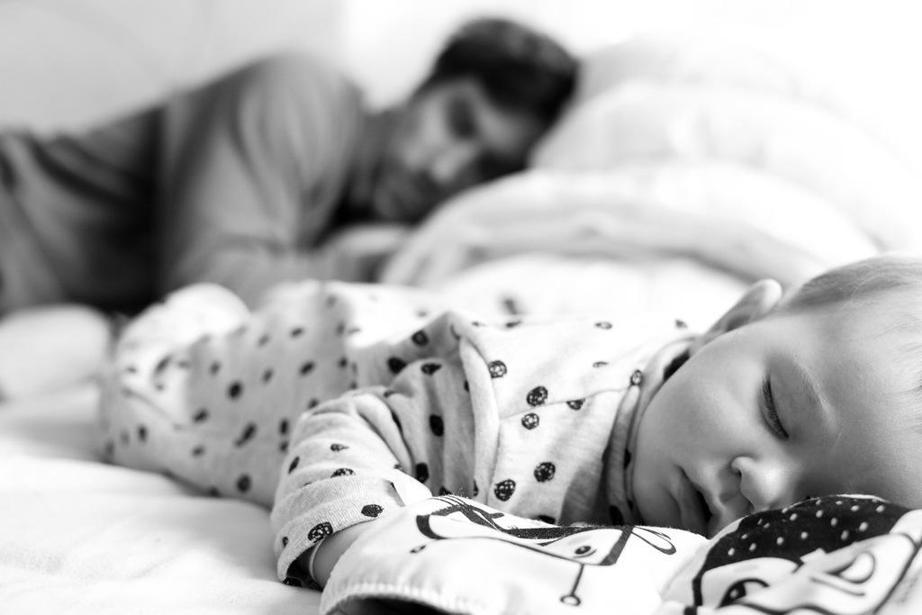 photographie de famille bebe qui dort avec son papa