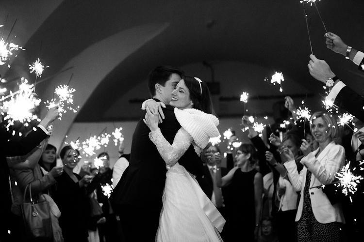 le reportage de mariage entrée en salle des mariés avec cierges magiques