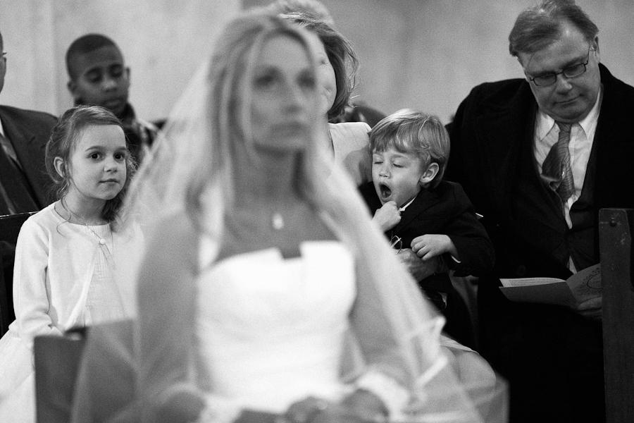 Le reportage garçon qui baille cérémonie mariage