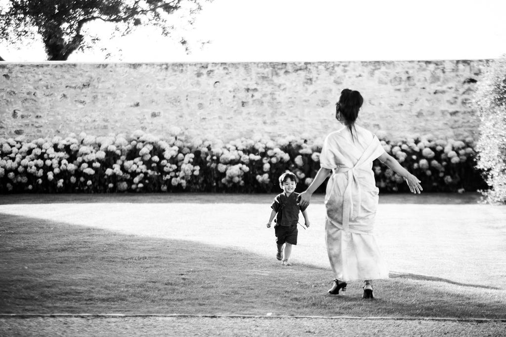 photo de famille petit garçon court vers sa maman