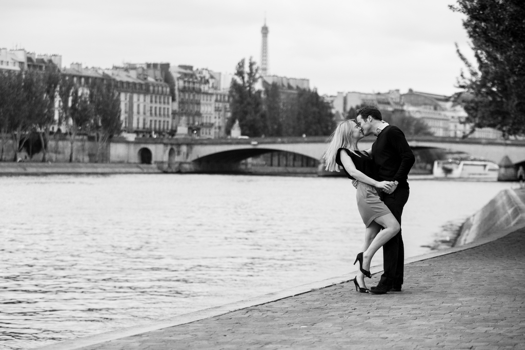 photos de couple à Paris sur les bords de seine